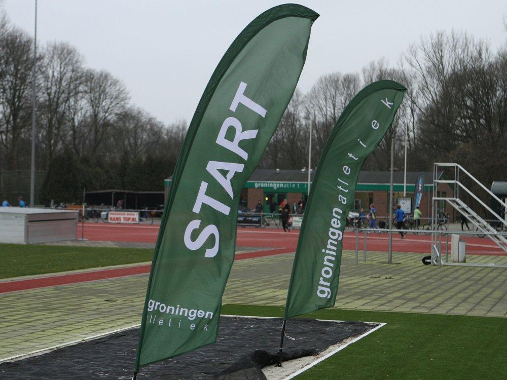 De start van de Stadsparkloop op de atletiekbaan van Groningen Atletiek.
