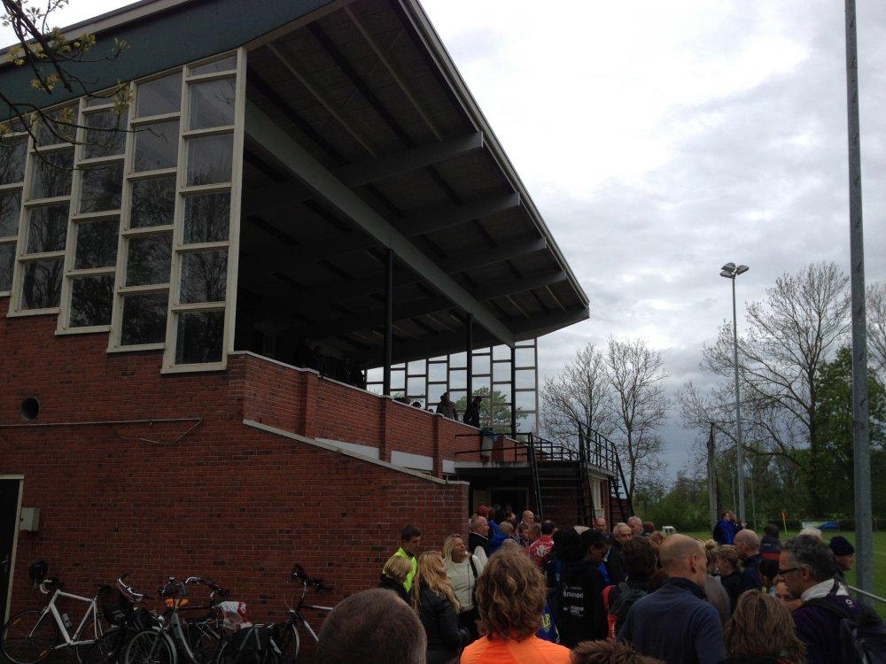 De fraaie hoofdtribune op sportpark Stedum.