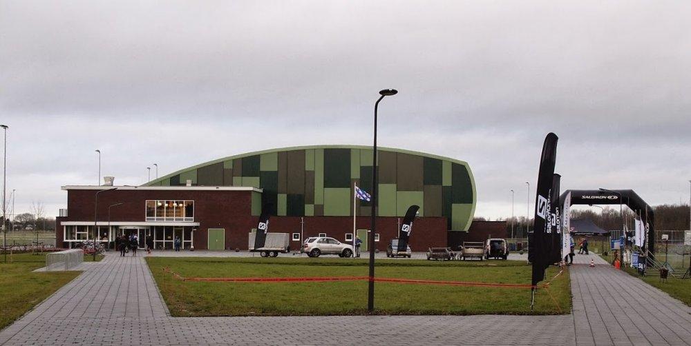De start bij de sporthal van Nieuwehorne (foto: Albert Westra).