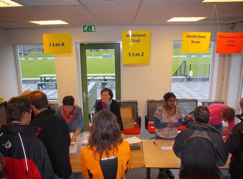 Startnummers ophalen bij de inschrijfbalie (foto: Albert Westra).