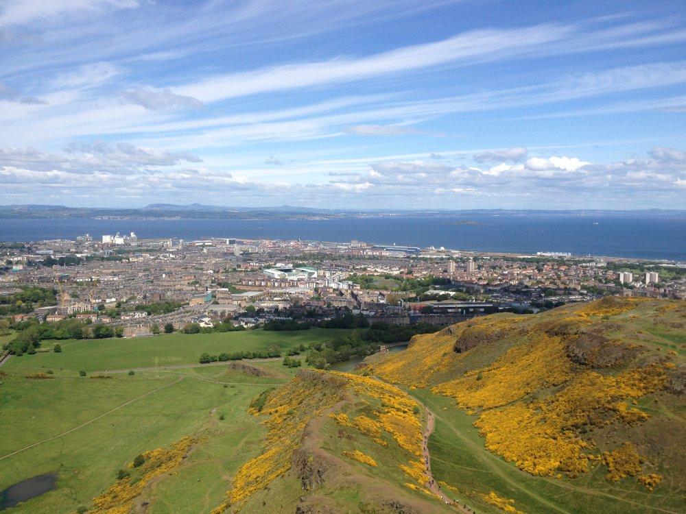 Uitzicht over Leith en de zee.