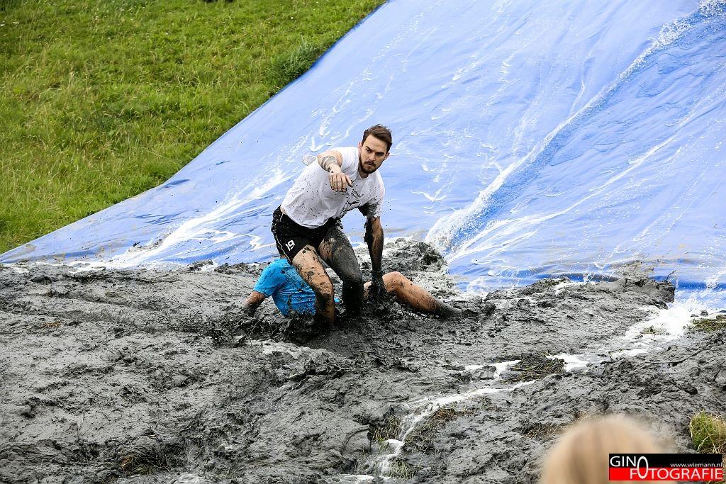 Rob in actie bij de glijbaan. (foto: Gino Fotografie)