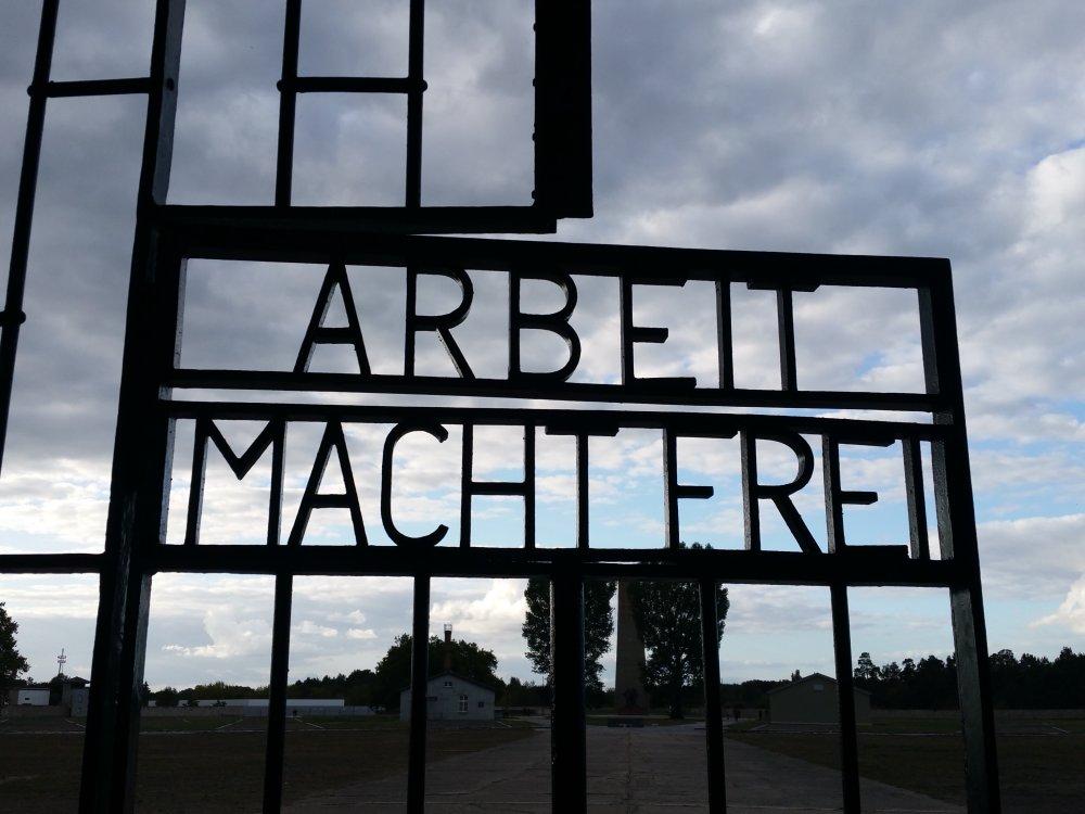 De toegangspoort van het voormalige concentratiekamp Sachsenhausen.