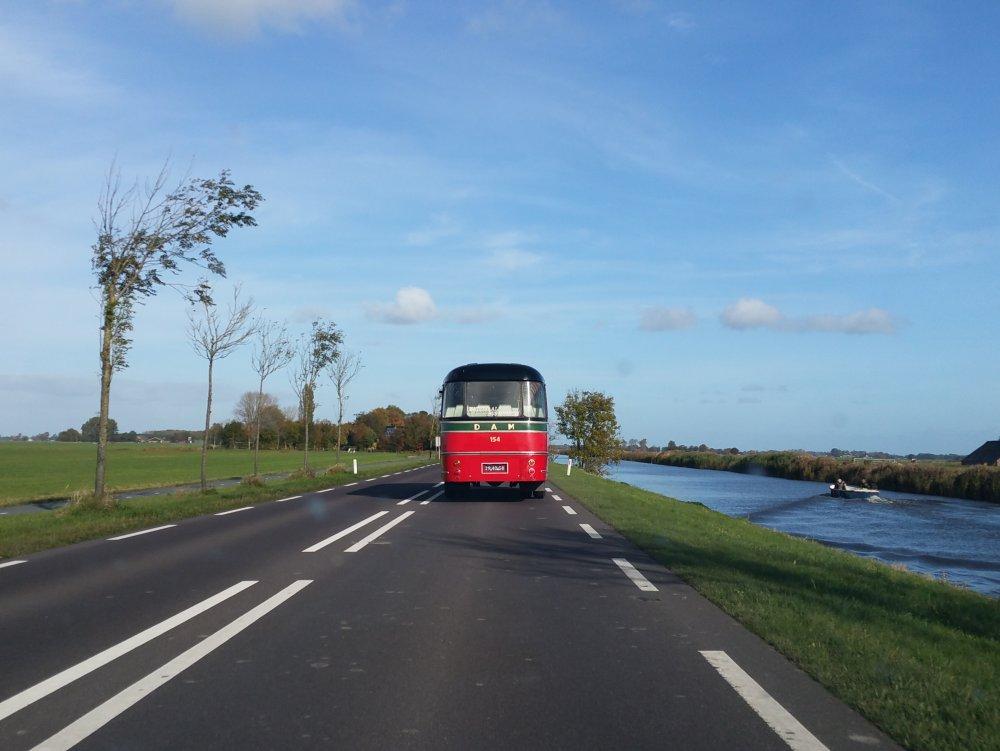 Achter een fraaie antieke autobus naar Delfzijl.