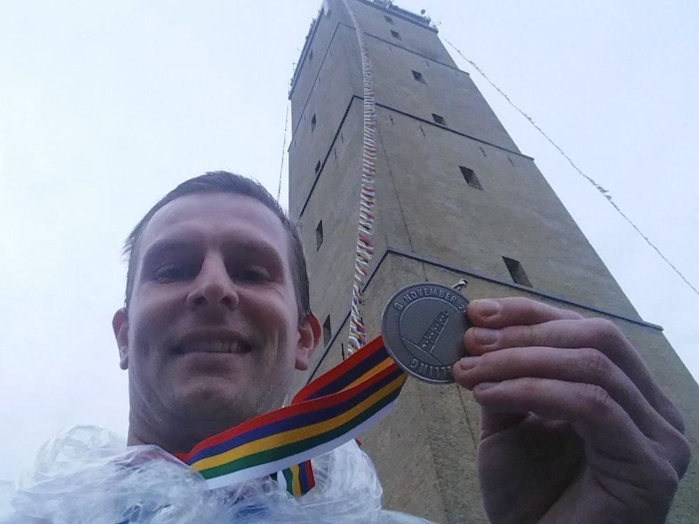 Met medaille en poncho bij de Brandaris.