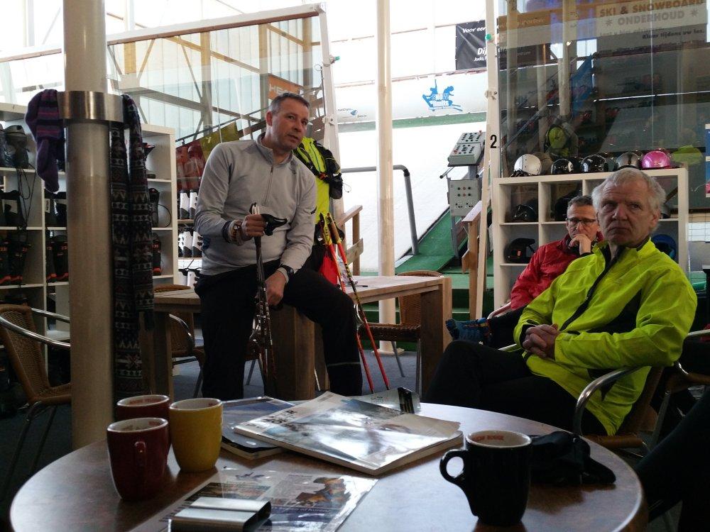 Jan geeft uitleg over hardloopstokken.