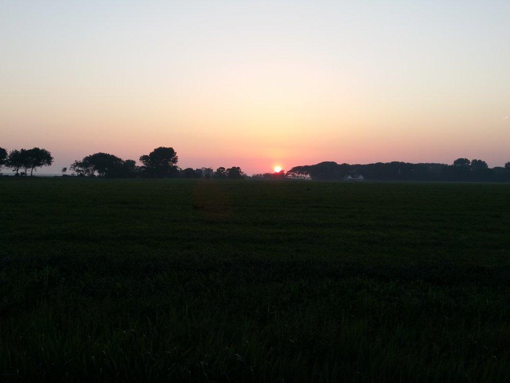 De zon komt op boven Oosterbierum.