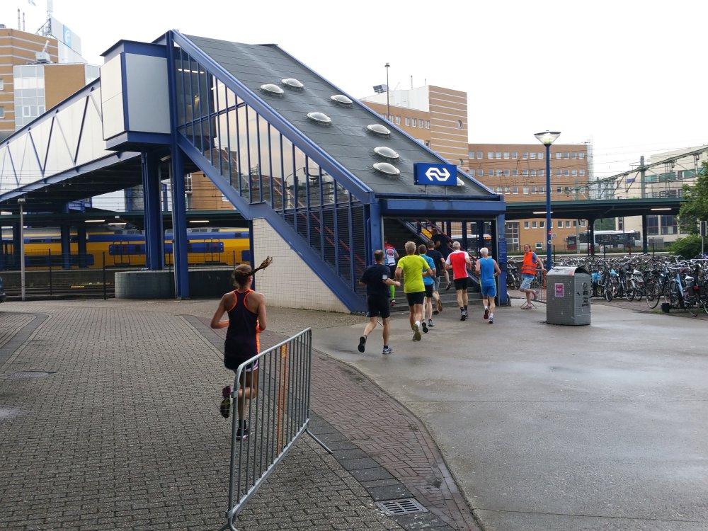 Door de loopbrug bij het station.
