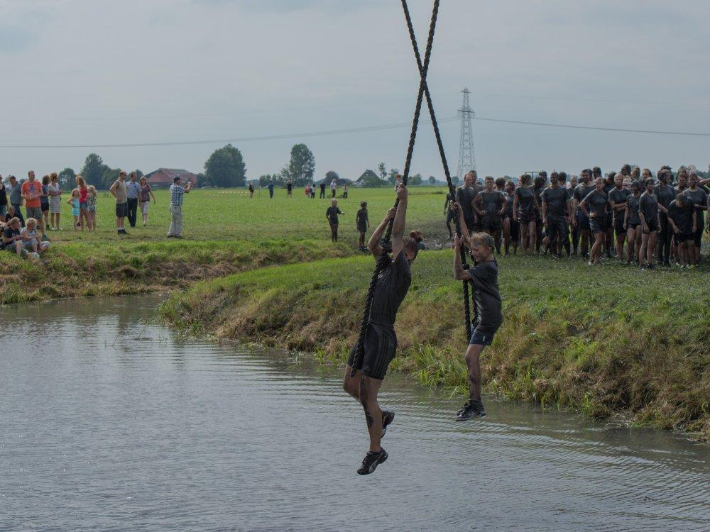 Hangend aan de touwen het water in. (foto: Geert van Duinen)
