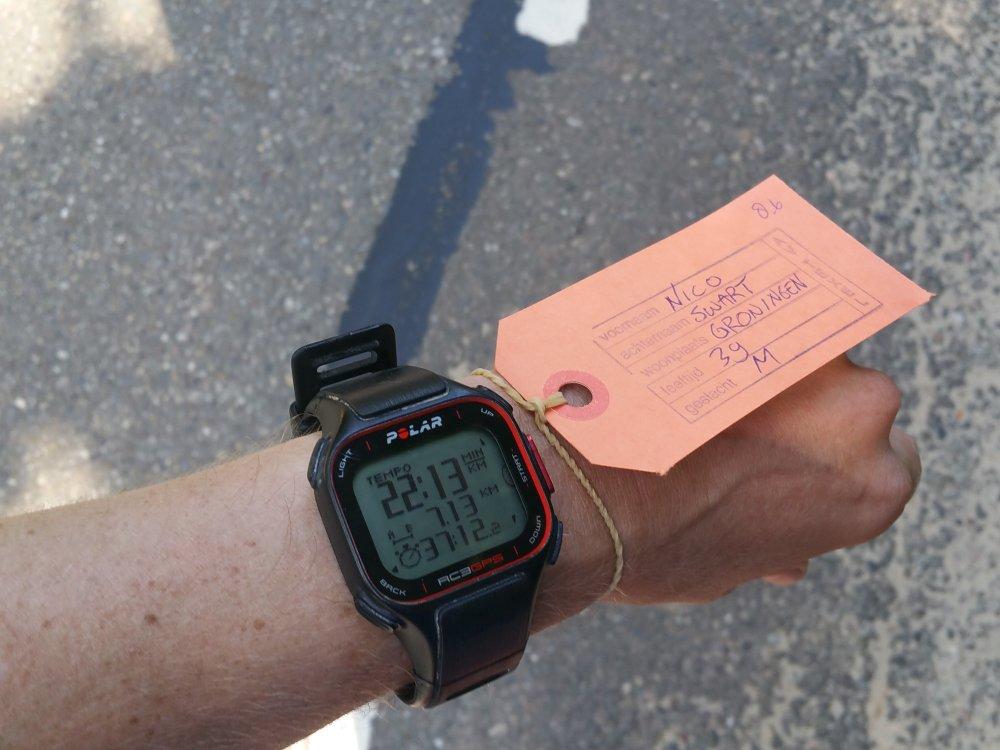 Een kartonnen label als startbewijs.