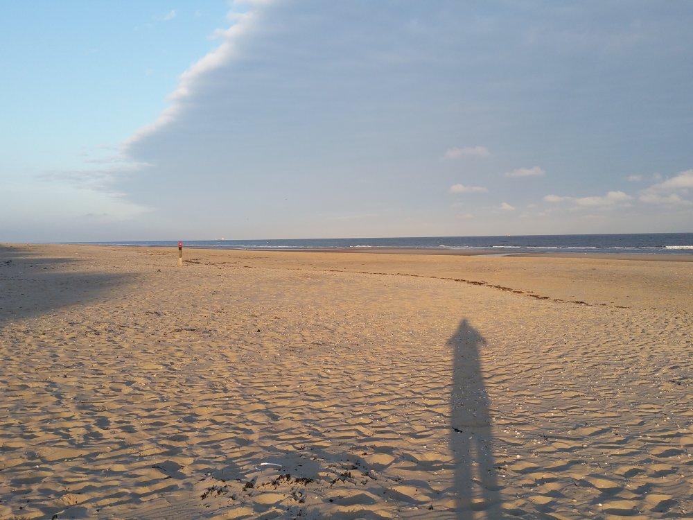In alle vroegte over het strand.
