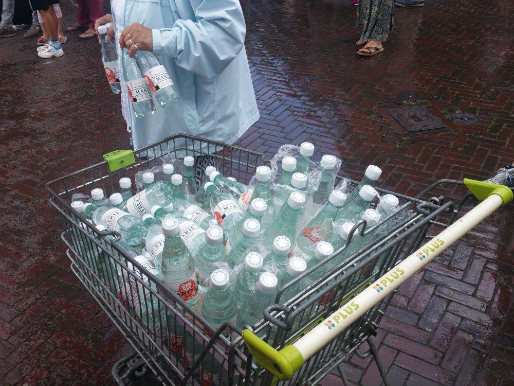 Een flesje water als beloning.