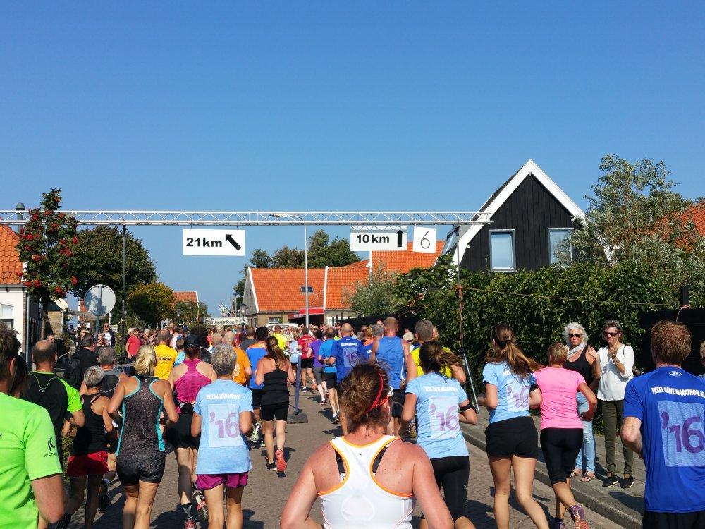 De splitsing van de halve marathon en de tien kilometer.
