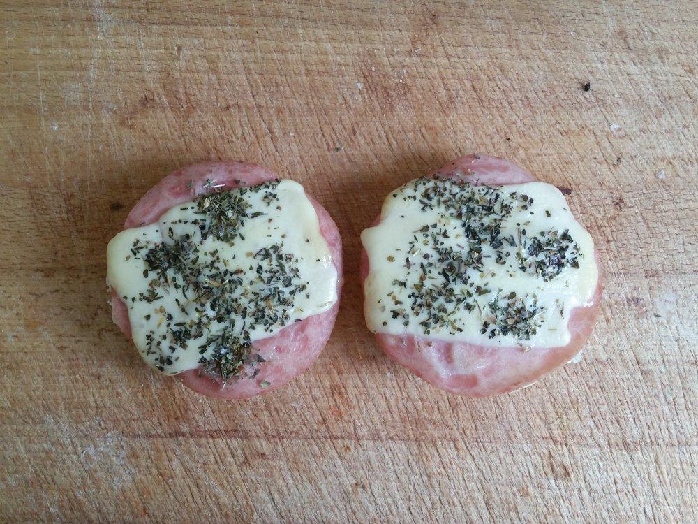 Broodjes ham-kaas uit de oven.
