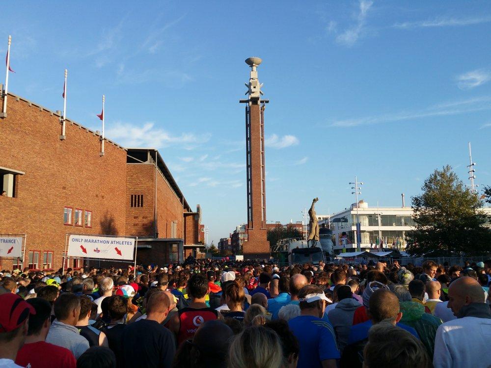 Een grote menigte voor de poort.