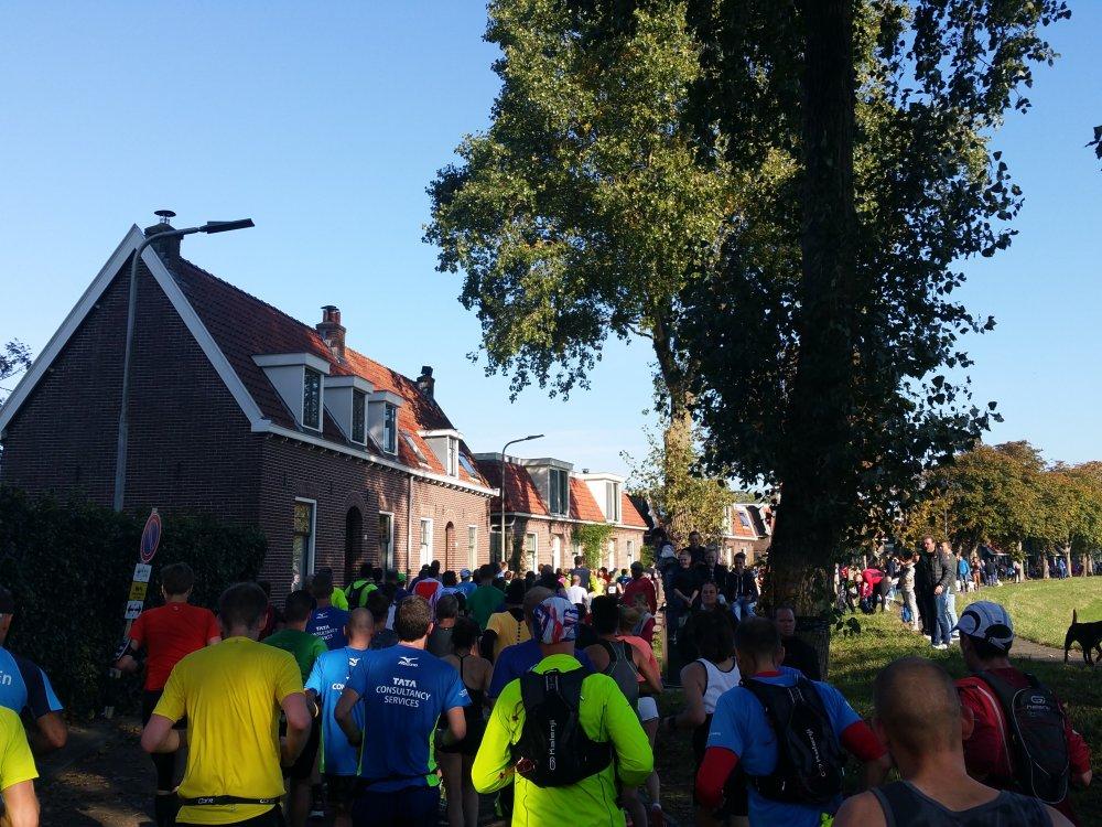 Aan de andere oever lopen we terug naar Amsterdam.