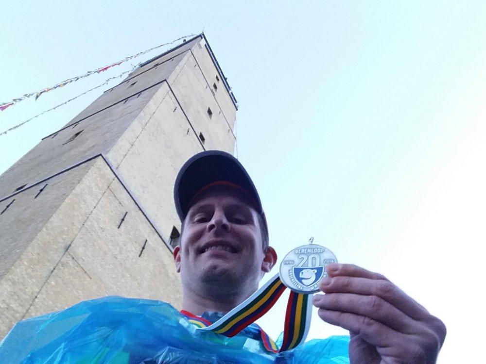 Met de welverdiende medaille.