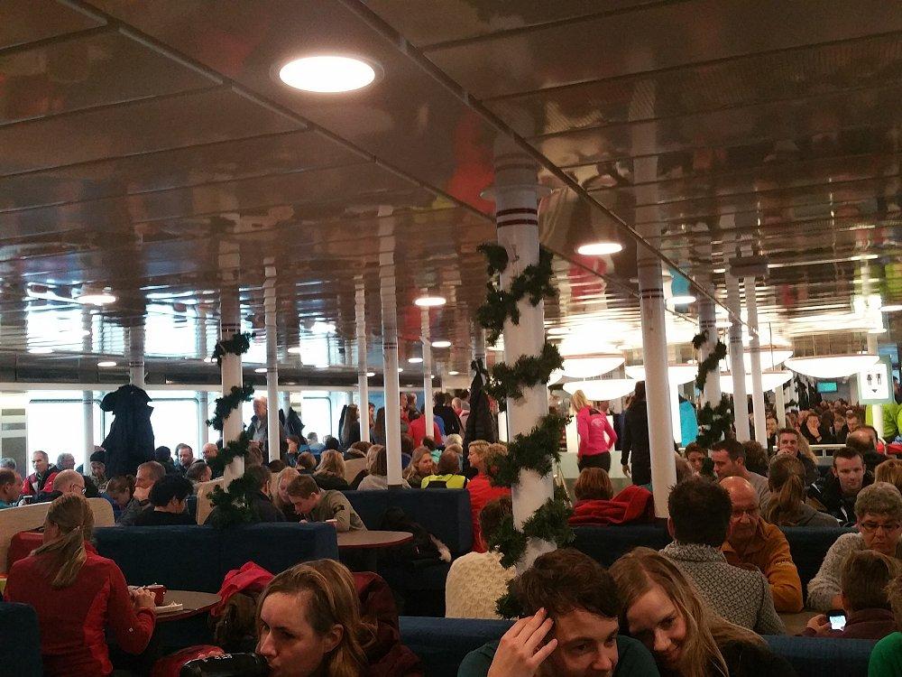 De veerboot is afgeladen met hardlopers.